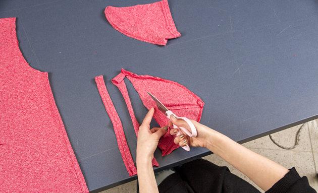 Leikkaa hihasta kolme suikaletta kuvan osoittamalla tavalla.
