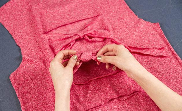 Solmi suikaleet paidan ruseteiksi niin, että solmuosa jää paidan sisäpuolelle.