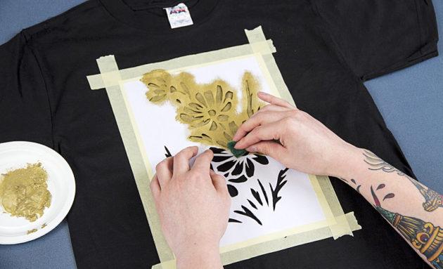 Leikkaa sienestä pala, jolla tuputtelet maalia rauhallisesti ja tasaisesti sabluunan läpi.