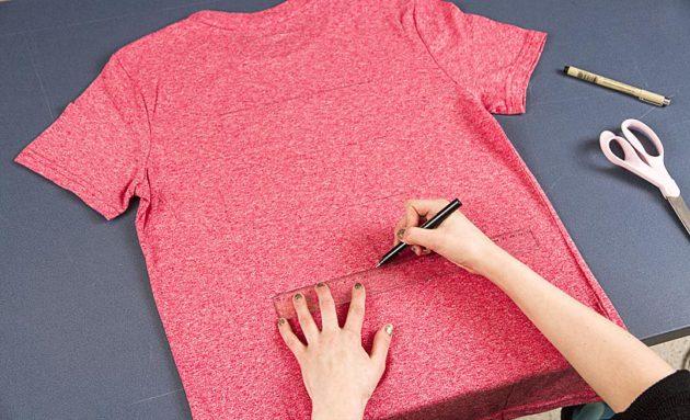 Tee tussilla neljä viivaa kymmenen cm:n välein paidan takapuolelle.