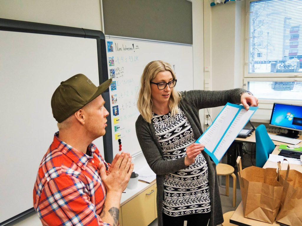 Opettaja Miia Kemppainen antoi Redramalle muistoksi luokan esittämän ja laatiman räpin sanat. Redi tutustui myös luokan yhteisiin tavoitteisiin.