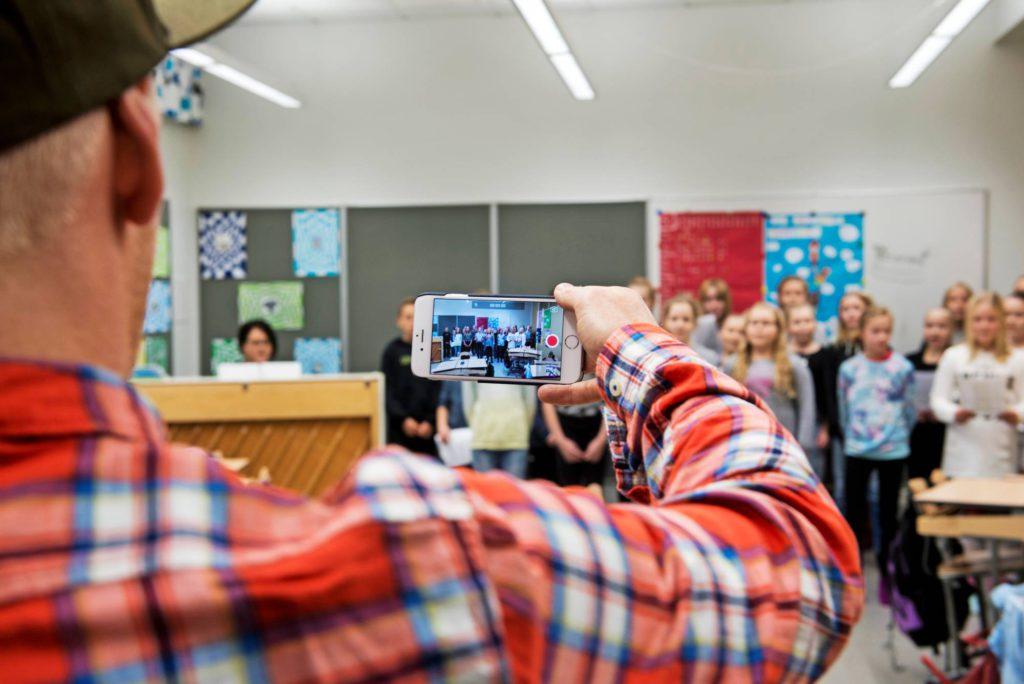Vierailulla kuvattiin puolin ja toisin. Monet saivat selfien muistoksi, ja Redrama puolestaan taltioi luokan upean musaesityksen.