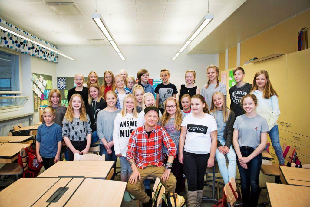 Kajaanin keskuskoulun 5 C ja tähtivieras Redrama järjestäytyivät todella nopeasti luokkakuvaan.
