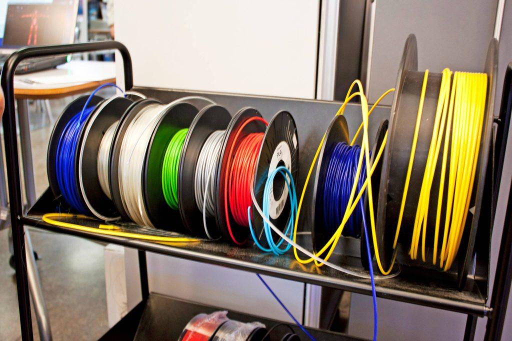 Pakilan yläasteella tulostukseen käytettävää muovia on saatavilla monta eri värivaihtoehtoa.