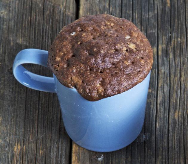 Pähkinä ja suklaa sopivat hyvin mukikakun mausteiksi.