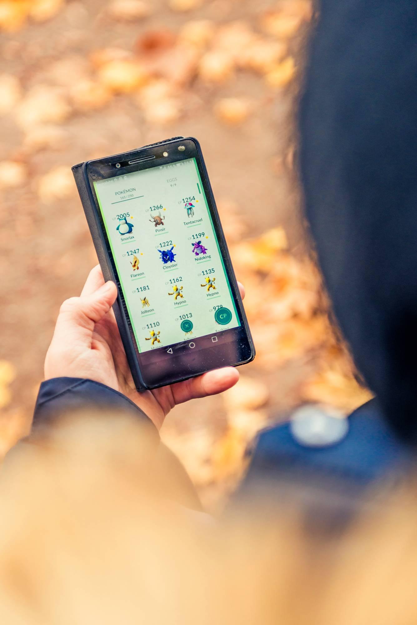 Pokemon Go -pelaajan kännykkä