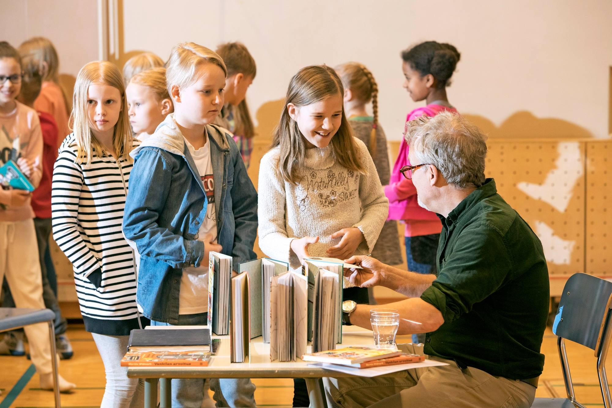 Martin Widmark tapaa koululaisia