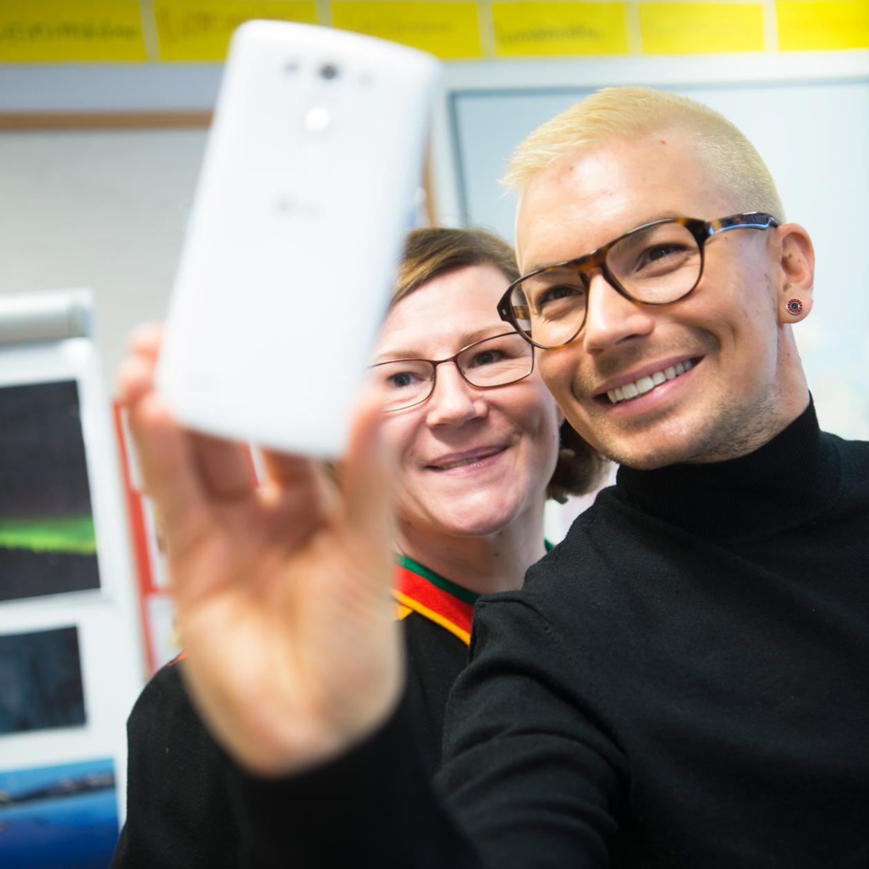 Antti Tuisku ottaa selfien open kanssa