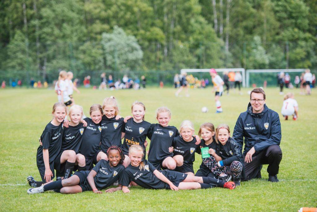 United T08/09U on vuonna 2008 ja 2009 syntyneiden tyttöjen edistyneimpien pelaajien joukkue Käpylän pallossa. Tytöt tekivät Koululaiselle jalkapallovisan kesän MM-kisojen kunniaksi.
