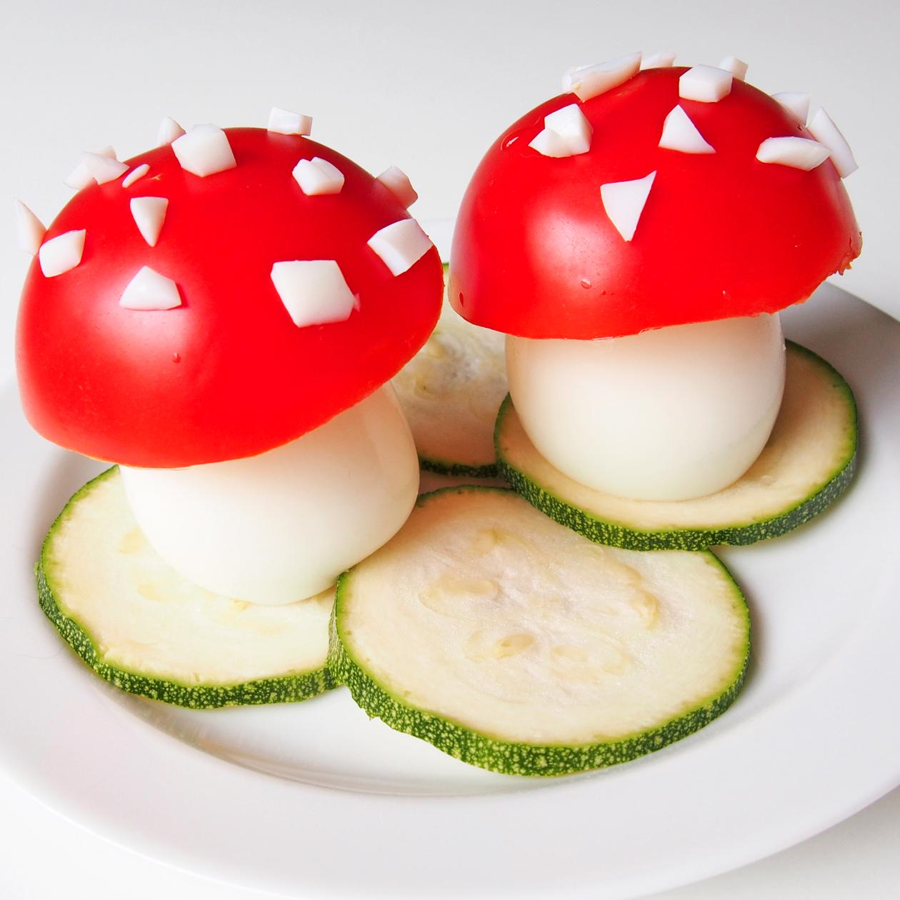 myrkyttömiä kärpässieniä tomaatista ja kananamunista