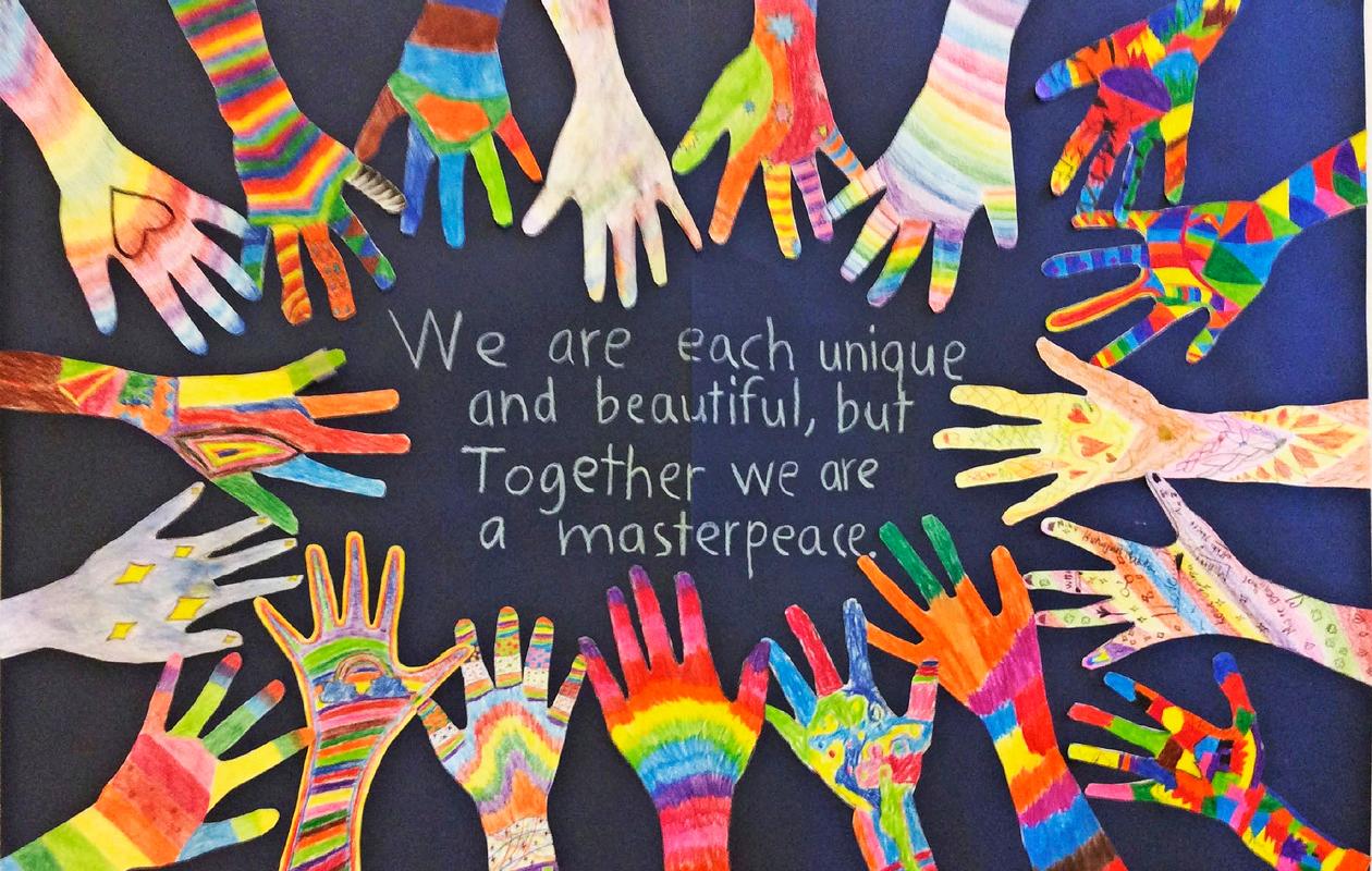 oppilaiden kädet värikkäinä maalauksina