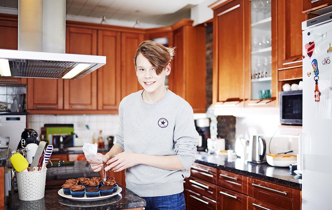 Nuori leipuri Samuli Ainasvuori keittiössä