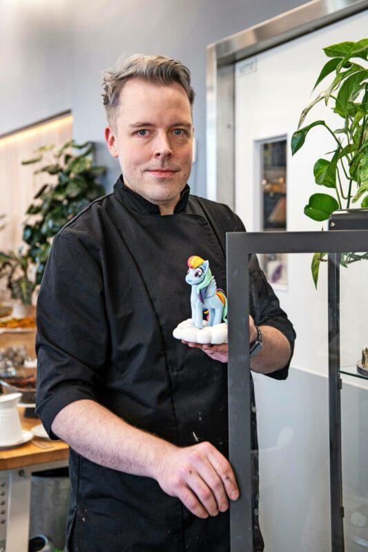 Frangipani Bakeryn Timo osaa leipoa vaikka My Little Pony tai Ryhmä Hau -hahmoja kakkujen päälle.
