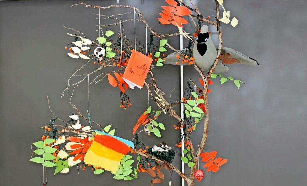 Maskotille on askarreltu myös upea pesäpuu, joka kuvastaa kaikkea sitä, mitä vitoset tykkäävät tehdä.